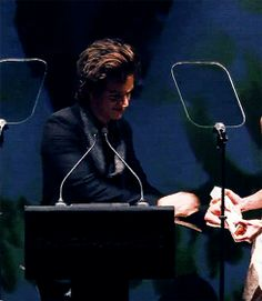 Hahahaha Harry receiving the award (gif) I love you harry