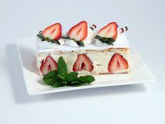 Noch nie davon gehört? Dahinter verbirgt sich eine feine Vanillecremeschnitte mit frischen Erdbeeren. Yummy! Creme, Cheesecake, Strawberry, Yummy Food, Desserts, Recipes, Vanilla, Strawberries, Fresh
