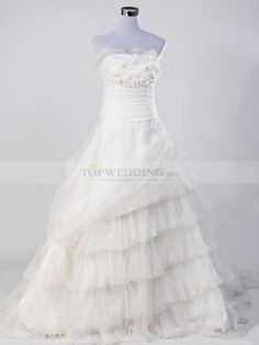 This retro and chic ball gown is sure to draw your attention and win your heart.