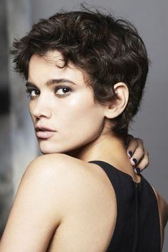 Coiffure 2018 : Franck Provost AH Une coupe courte boyish et mutine adorab. Short Hair Cuts For Round Faces, Round Face Haircuts, Short Wavy Hair, Best Short Haircuts, Curly Hair Cuts, Short Hair Cuts For Women, Hairstyles For Round Faces, Cool Haircuts, Short Hairstyles For Women