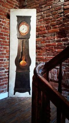 """""""Budynki wewnątrz dziedzińca przeznaczone były zazwyczaj dla robotników, najemców, drobnych rzemieślników, uczniów na stancjach, a więc budynki te były skromne, z odkrytą cegłą, z drewnianymi, wąskimi schodami, często pochodziły jeszcze sprzed okresu """"Łodzi rzemieślniczej"""". Taką historię miasta znajdą Państwo w naszych obiektach""""."""