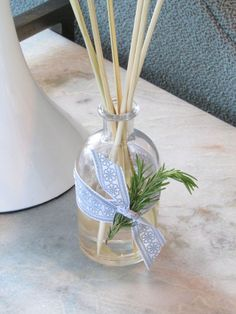 DIY Essential Oil Reed Diffuser Facebook Follow Us: www.facebook.com/mydiycraftscom  (Click through this pin to visit and Like us on Facebook.)