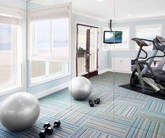 idee kleines fitnesstudio teppichboden grau blau gymnastikball spiegelwand