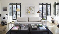 V obývacím pokoji slouží k posezení pohovky z dílny majitelky bytu. Tyto bílé