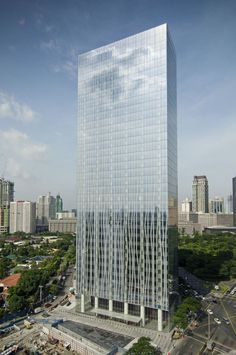 Zuellig Building / SOM - tower located in Manila's Makati Central Business District Tower Building, Building Structure, Building Design, Glass Building, Amazing Buildings, City Buildings, Modern Buildings, Futuristic Architecture, Beautiful Architecture