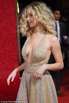 Jennifer Lawrence looked worlds away from her demure look at Sunday night's BAFTAs as she took to the red carpet for the Red Sparrow European Premiere in London on Monday. Cabelo Jennifer Lawrence, Jennifer Lawrence Red Sparrow, Jennifer Lawrence Pics, Jennifer Aniston, Jennifer Lawrence Wallpaper, Beautiful Celebrities, Beautiful Actresses, Most Beautiful Women, Jennfer Lawrence