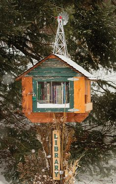 Little Libraries -- a small mailbox-like free library that are sprouting up in yards around Madison, WI. I'd love to do this in front of our house. Mini Library, Little Library, Free Library, Library Books, Library Ideas, Community Library, Community Building, Homemade Books, Lending Library