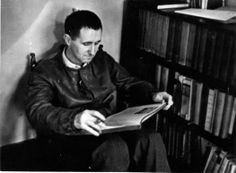 Bertolt Brecht getting into a good read and therefore failing to practice Verfremdungseffekt.