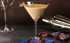 Snickers Martini Cocktail features rich chocolate, caramel, vanilla cream and peanut butter. They all work together to create this delightful Snickers inspired cocktail. Packed with peanut flavor this Snickers Martini cocktail surely hits the spot! Mixed Drinks, Fun Drinks, Yummy Drinks, Alcoholic Drinks, Yummy Food, Mixer, Cocktail Desserts, Cocktail Recipes, Drink Recipes