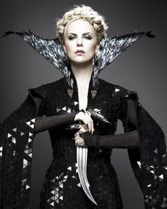 Charlize Theron as Queen Ravenna in Snow White & The Huntsman, costume design by Colleen Atwood Colleen Atwood, Charlize Theron, Huntsman Movie, Snow White Huntsman, Queen Ravenna, Snowwhite And The Huntsman, Eiko Ishioka, Dark Queen, Evil Queens