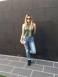 Shirt ZARA, jeans MAJE, pocket BALENCIAGA, sneakers ISABEL MARANT, sunglasses MANGO.
