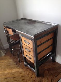 Bel établi très costaud et lourd en acier brossé pouvant servir de bureau, patiné sur légers residus bleu-vert d'origine. Ce meuble est équipé de 3 tiroirs en frêne de très bonne fabrication également. Le plateau supérieur est en contreplaqué très épais,...
