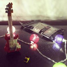 """30 mentions J'aime, 1 commentaires - Laura Nao (@laura.nao) sur Instagram: """"Quei regalini che fanno la felicità, come le micro chitarrine fatte di nano lego ❤️ #lego…"""""""