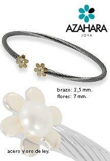 Pulseras de acero y oro de Azahara Joya. Acero quirúrgico libre de alergias, oro amarillo y perlas. Pulsera de aro abierta con cuerpo en espiral y dos motivos de flores de margarita en los extremos.