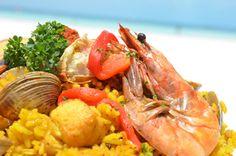 Deliciosa Paella a la orilla de la playa en Cancun. / Delicious Paella at the edge of the beach in Cancun.