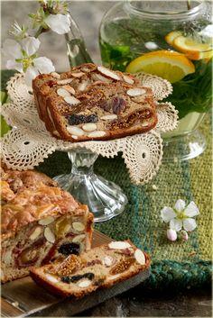 עוגת שקדים ופירות מיובשים