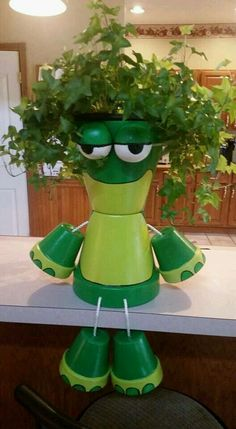 Budget-Friendly Garden Projects Made with Clay Pots Flower Pot Art, Clay Flower Pots, Flower Pot Crafts, Clay Pot Crafts, Diy Clay, Crafts To Make, Shell Crafts, Flower Pot People, Clay Pot People