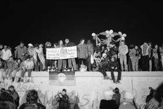 Começo da queda do muro de Berlim em 1989. - Getty Images