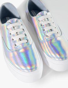 Metallised plimsolls - ALL - Stradivarius - have them! Tennis Fashion, Fashion Shoes, Holo Shoes, Cute Shoes, Me Too Shoes, Holographic Fashion, Shoes Sneakers, Shoes Heels, Zapatos Shoes