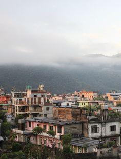Les maisons colorées de Pokhara, Népal Voyage Nepal, Czech Republic, Paris Skyline, Thailand, France, Country, Travel, Colorful Houses, Asia