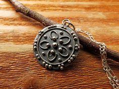 Mandala Oxidized Silver Pendant. Inspiration: Cherry por PuntoPausa