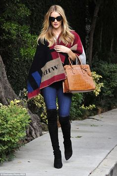 Rosie Huntington-Whiteley looks chic in iconic Burberry cape Winter Mode Outfits, Winter Fashion Outfits, Boho Fashion, Fall Outfits, Cute Outfits, Fashion Sets, Rosie Huntington Whiteley, Look Casual Otoño, Casual Chic