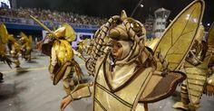 BARATA TONTA - Fantasiados de baratas, com as anteninhas pra lá de murchas, foliões participam do desfile da Tom Maior, na madrugada de sábado (14).