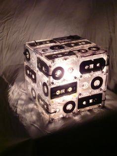Luminária feita de fitas K7 artesanalmente.   Modelo único! Não existe duas iguais.  110V R$ 249,00