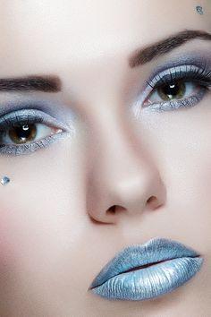 """Associez un rouge à lèvre bleu ardoise à un fond de teint pâle et un fard à paupières bleu ou gris pour un maquillage """"glacé"""""""