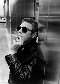 Steve McQueen Photo by William Claxton King of cool! William Claxton, Persol, Foto Portrait, Ex Machina, Robert Mapplethorpe, Fred Astaire, Belle Photo, Look Fashion, Male Fashion