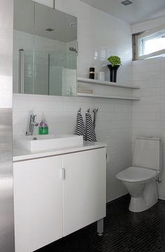 Suvun vanhan kesäpaikan lunastamisen ehtona pidettiin sitä, että paikalle rakennetaan nykyajan mukavuudet. Wc ja suihku ovat oleellinen osa toteutettua lupausta. Bathroom, Decor, Furniture, House, Table, Home, Cottage Homes, Home Decor