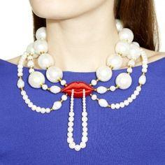 Ожерелье из белого жемчуга с красными губами