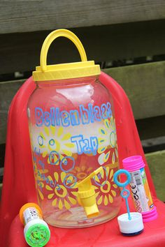 Overal koop je ze voor een habbekrats nu het zomer is: limonadetaps! Maar eh, wát nou limonadetap? Bellentap! Want bellenblazen is nóg veel heerlijker in een grote zee van bubbels. Dus deze zomer deelt iedereen in de straat en in de speeltuin mee van ons magisch reuzenbellenzeepsop. Als dat geen feest wordt..! Bellenblaastaps koop je [...]