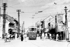 Rare pictures of Hanoi before 1945 VietNamNet Bridge – The characteristics of Hanoi's Old Quarter in are reflected vividly through photos by American photographer Harrison Forman. Vietnam Tours, Vietnam Travel, Hanoi Old Quarter, Vietnam History, Version Francaise, Old Street, Street Food, French Colonial, Indochine