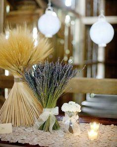 bouquets de lavande officinale, épis de blé et fleurs blanches