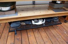 A sliding hot rack under the shelf, great idea.