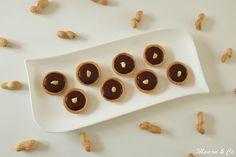 """Les mini tartelettes ganache chocolat et cacahuètes de Corinne du blog """"Mamou & Co"""" inspirées du blog """"Atelier des chefs"""" Brownie Cookies, Galette Saint Michel, Biscuits, Sorbets, Chefs, Napkins, Mini, Blog, Raisin"""