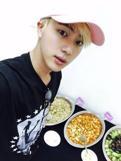Jin cm sempre comendo ahaauaua❤(é brincadeira ta )