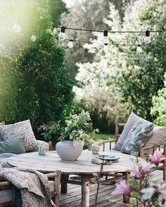 å var vi här, mitt bland blommor och syren, på min favoritplats i kvällssolen! Outdoor Spaces, Outdoor Living, Outdoor Decor, Back Gardens, Outdoor Gardens, Nordic Design, Garden Inspiration, Beautiful Homes, Outdoor Furniture Sets