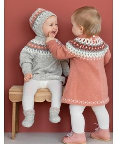 VARDEKJOLE Garnpakker mnd i Lamullgarn fra Rauma Garn - fair isle knittings Toddler Sweater, Knitted Baby Cardigan, Knitted Baby Clothes, Baby Booties Knitting Pattern, Baby Knitting Patterns, Baby Outfits, Kids Outfits, Knitted Jackets Women, Baby Shawl