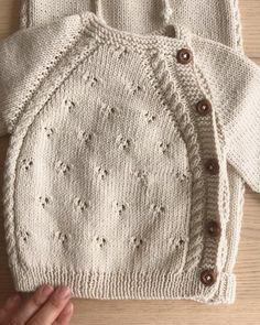 Baby Cardigan Knitting Pattern Free, Baby Boy Knitting Patterns, Baby Sweater Patterns, Knitted Baby Cardigan, Knit Baby Sweaters, Knitted Baby Clothes, Baby Hats Knitting, Knitted Baby Outfits, Tricot Baby