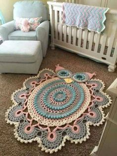 tapetes de barbante de desenho corja grande rosa azul e cinza This Pin was discovered by Noa Pinned 4 inspiration *I'd do a rectangle and add this border to that instead. Freeform Crochet - How to Make Fork Pom Poms A more beautiful carpet than the other! Crochet Mat, Crochet Carpet, Crochet Rug Patterns, Crochet Owls, Crochet Gratis, Crochet Mandala, Crochet Doilies, Crochet Stitches, Crochet Animals