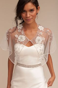 Explore the trend of Bridal capes and capletes! We've spotted 20 fab bridal capes and capeletes that are currently making our bridal hearts sing for joy.
