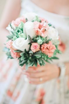 Are you planning a fairytale winter wedding? Then you need the perfect bouquet to complete the picture. Your wedding bouquet is an important part of your Bridal Bouquet Pink, Diy Bouquet, Bridal Flowers, Wedding Bouquets, Bouquet Flowers, Wedding Dresses, Wedding Blog, Diy Wedding, Wedding Themes