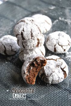 Chocolate Crinkles-ricetta in italiano Chocolate Crinkle Cookies, Chocolate Crinkles, Chocolate Chip Oatmeal, Italian Cookies, Italian Desserts, Easy Cookie Recipes, Sweet Recipes, Tortillas Veganas, Biscotti Cookies