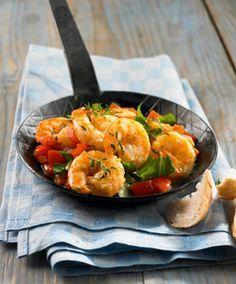 Mediterrane Garnelenpfanne: In nur 20 Minuten steht dieses köstliche Pfannengericht mit Paprika, Zwiebel, frischen Kräutern und Garnelen auf dem Tisch.
