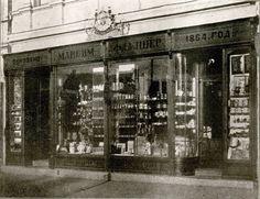 Стакларско-порцелански производи код Максима Флајшера & Мајера.Радња настала далеке 1864. Glass-porcelain articles store of Maksim Flajser and Mayer, Belgrade 1913/14. The store was open in 1864.