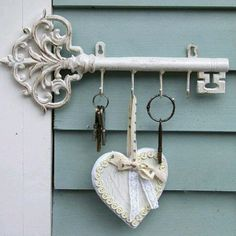 key hanger for the carport entrance Antique Keys, Vintage Keys, Under Lock And Key, Owl Eyes, Old Keys, Knobs And Knockers, Key Rack, Deco Boheme, Key To My Heart