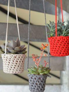 matemo: Mis DIY favoritos / Meine Lieblingsbastler # 14 – L & # Encre Violette Cache-Töpfe - Cactus DIY Crochet Diy, Cactus En Crochet, Crochet Basics, Crochet Home, Crochet Plant Hanger, Macrame Plant Hangers, Yarn Crafts, Diy And Crafts, Crochet Designs