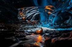 Esta cueva se encuentra en Glaciar Vatnajokull en Islandia, el glaciar más grande de Europa. Cuevas como éstas forman debido a la fusión de agua helada ...